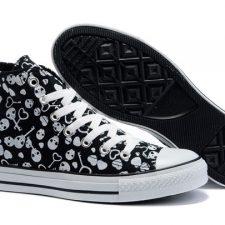 Los zapatos tienen un punto fetiche difícil de obviar y si además son con calaveras se convierten en una pieza única. Vigila dónde te descalzas, es probable que los zapatos te vuelen.