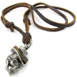 colgante gotico con cadena de cuero