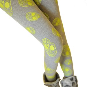 leggins grises con calaveras amarillas