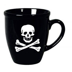 taza negra con calavera pirata