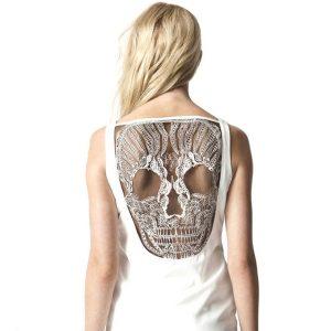vestido blanco con encaje de calavera en la espalda