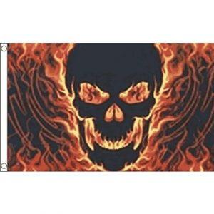 bandera de calavera con fuego