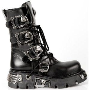 botas negras con calaveras