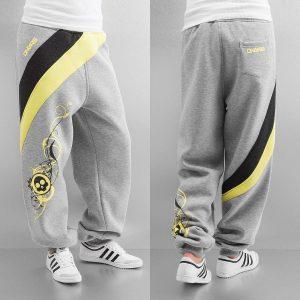 pantalones de deporte grises con calavera